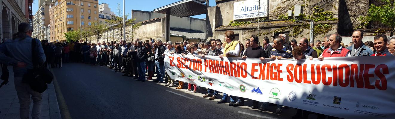 Protesta de los ganaderos frente al Parlamento el pasado lunes.