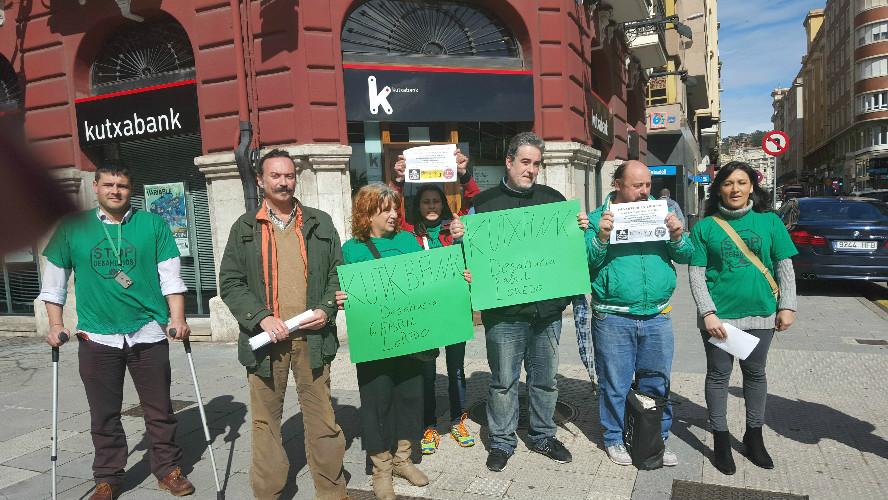 La PAH se ha concentrado frente a una oficina de la entidad bancaria para protestar por su negativa a negociar.