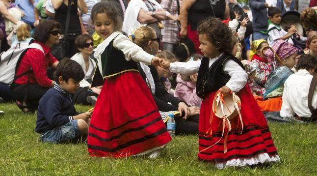 Niñas en el Día de Cantabria
