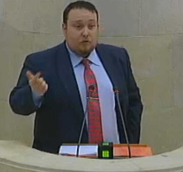 Rubén Gómez en el Parlamento.