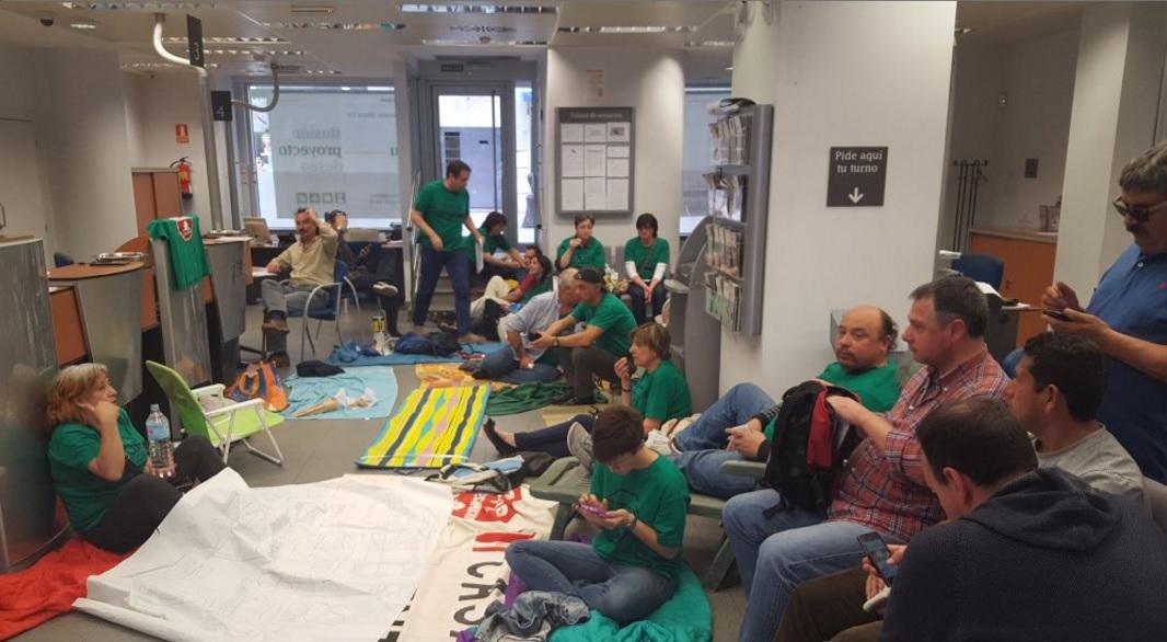 La PAH acampa en Liberbank por no querer negociar.