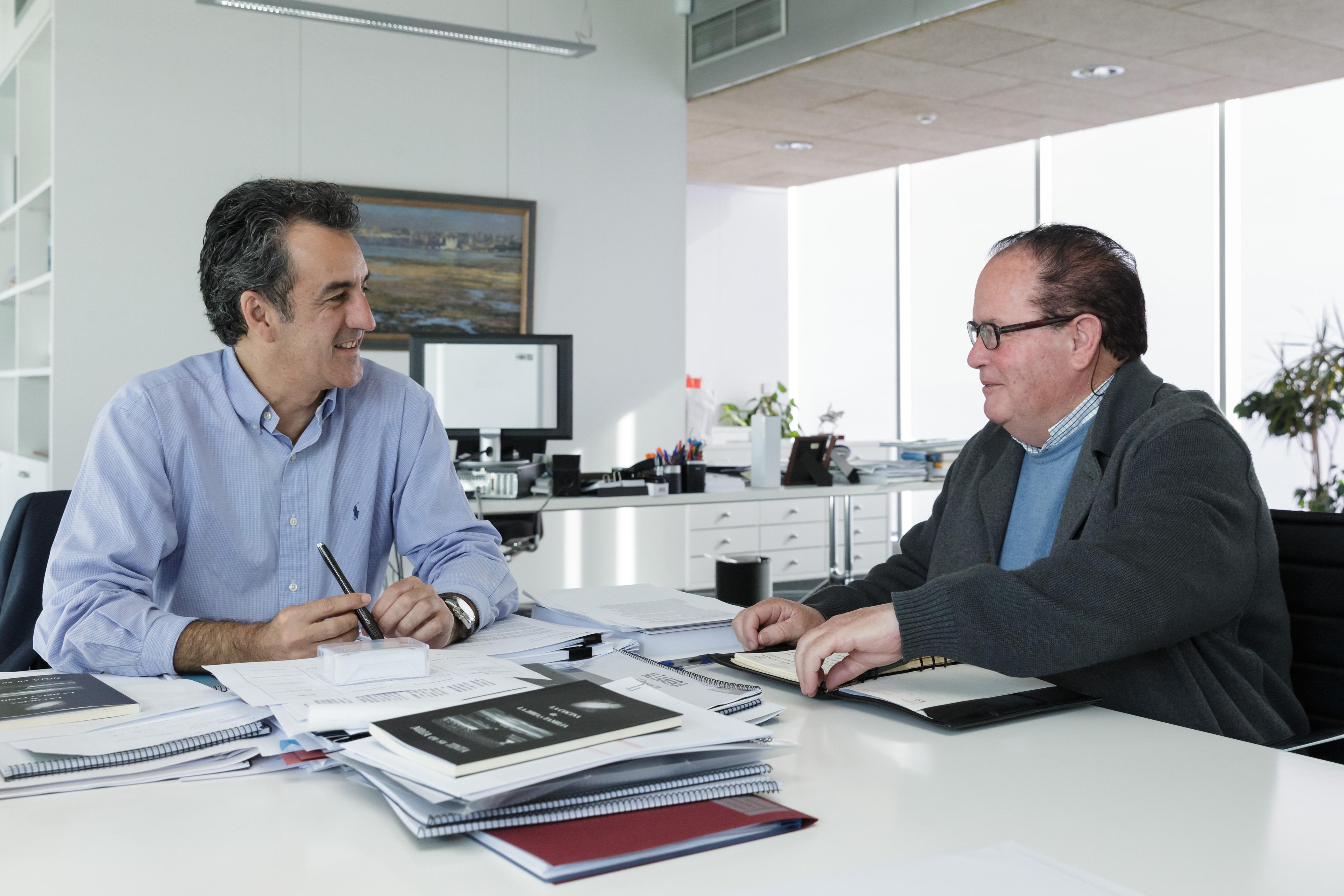 El alcalde de Polaciones, Teodoro Ruiz y el consejero de Innovación, Industria, Turismo y Comercio, Francisco Martín.