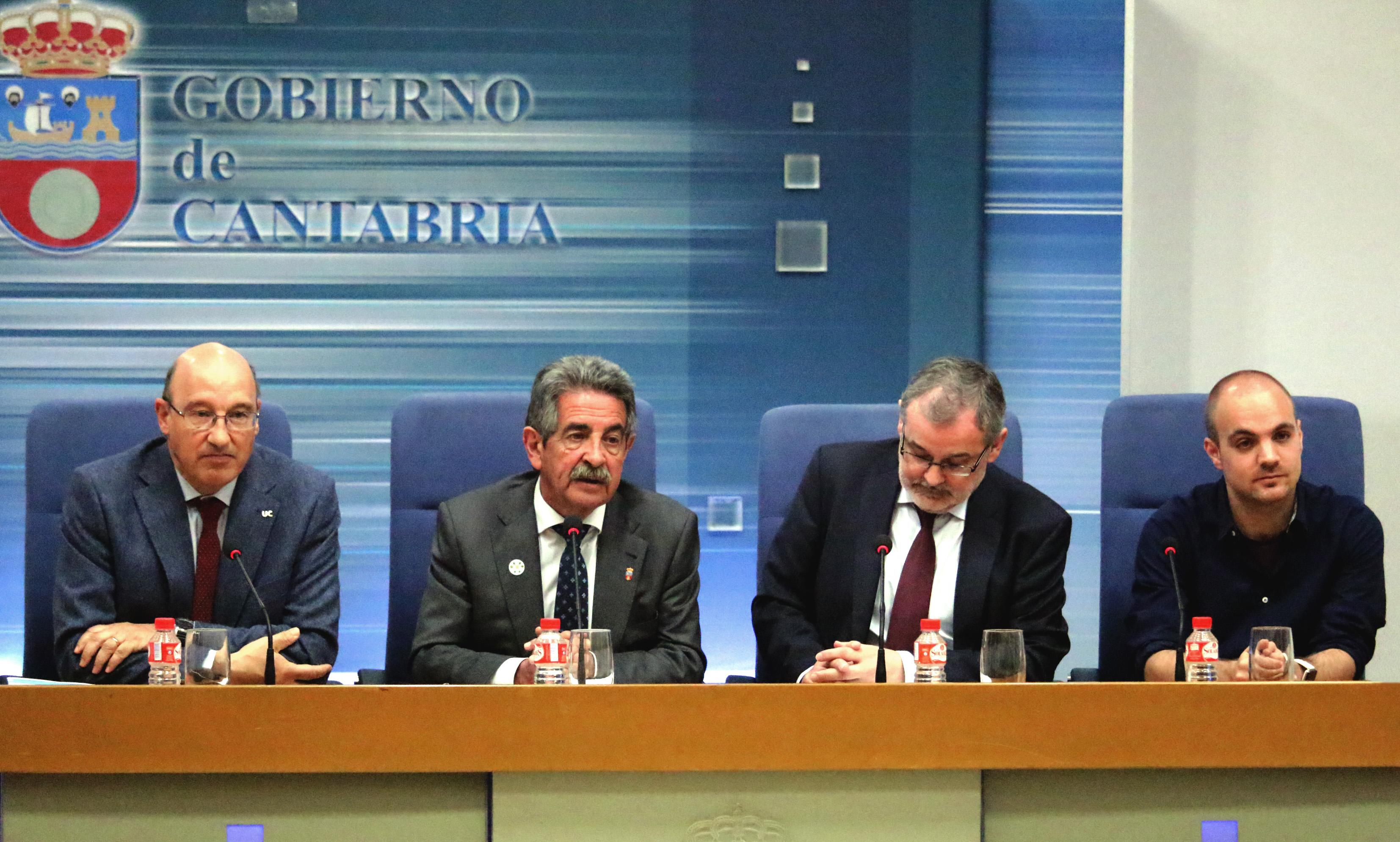 Francisco Calatayud -derecha- junto a Miguel Ángel Revilla, Ángel Pazos, rector de la UC y Federico Gutiérrez-Solana, director de CISE