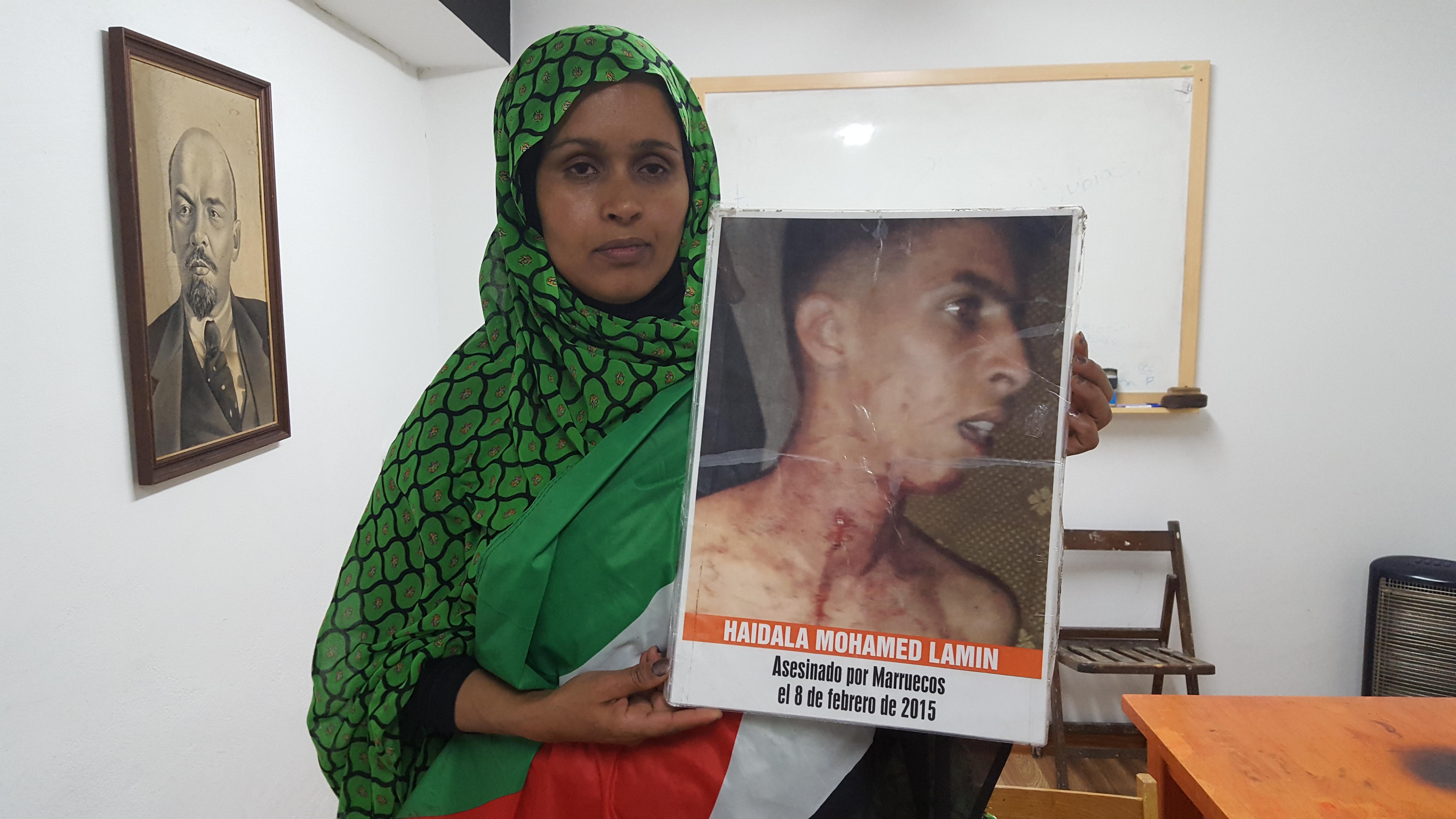 Takbar Haddi con la última foto de su hijo, Mohamed Lamin Haidala.