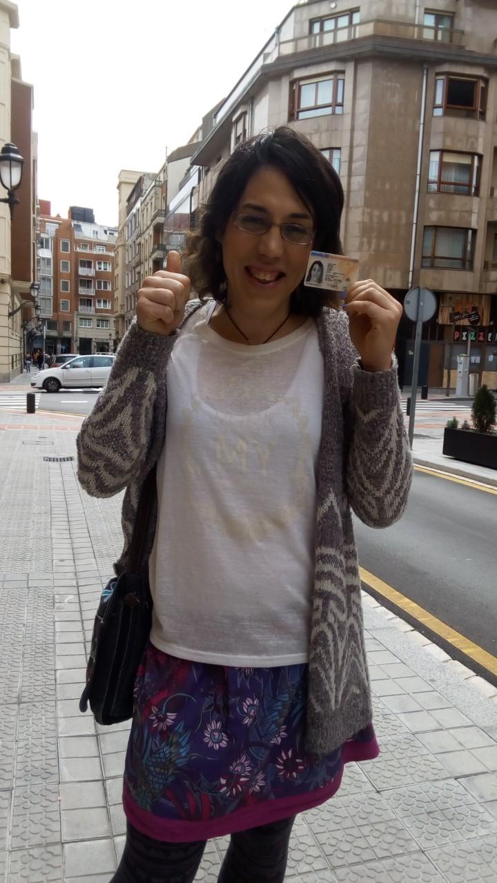 Izaro Antxia posa con el carnet que la permitía ser inscrita como jugadora en la categoría femenina.
