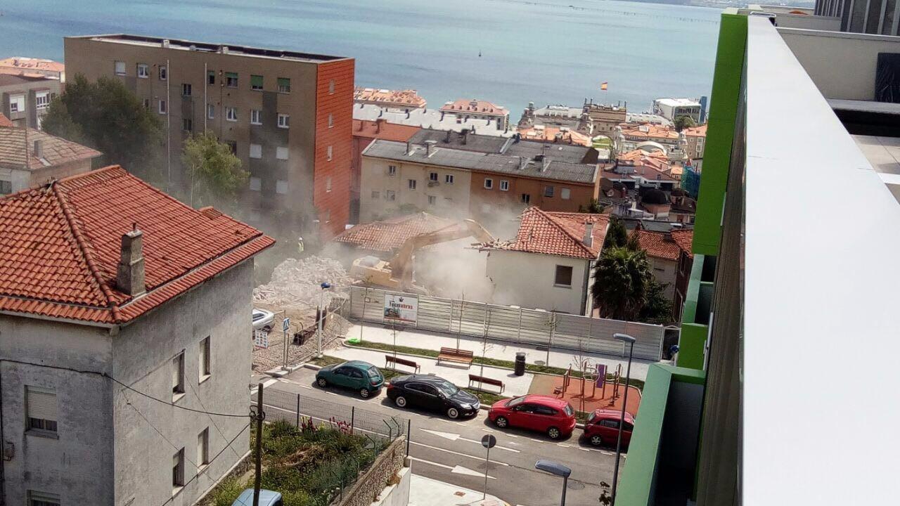 La demolición de uno de los chalets donde se levantará el nuevo edificio.