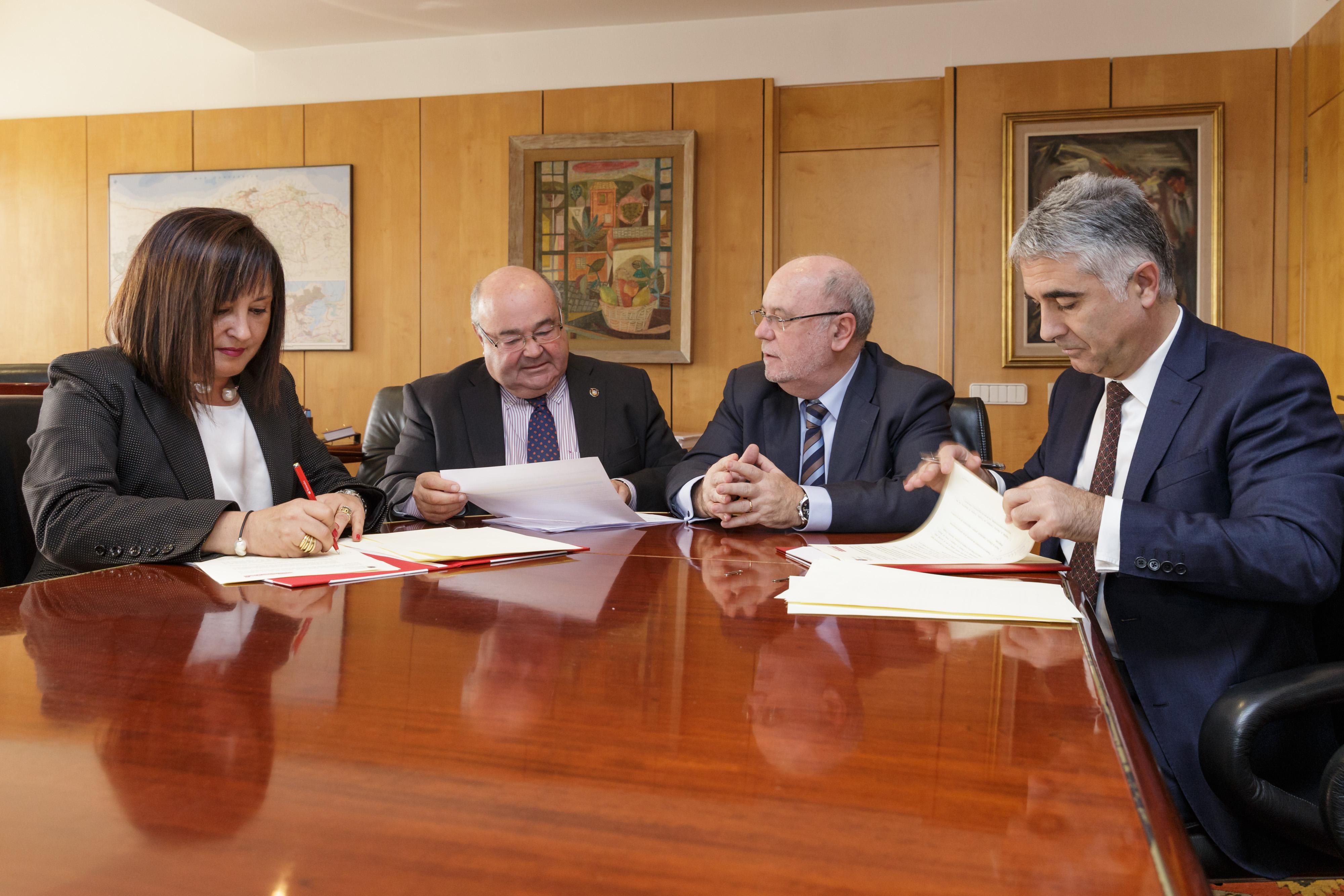 Carmen Díez Marzal junto al  consejero de Economía, Hacienda y Empleo, Juan José Sota.