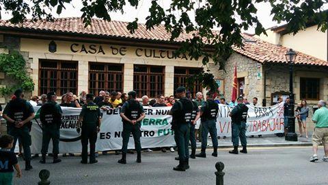 La Asamblea en Defensa de las Excavadas protesta  contra el proyecto durante la celebración del Día de las Instituciones (Foto: Asamblea en Defensa de las Excavadas)