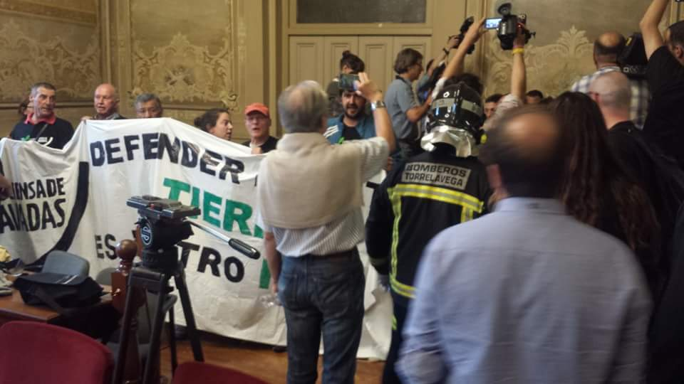 Protesta en defensa de Las Excavadas en el Ayuntamiento d Torrelavega