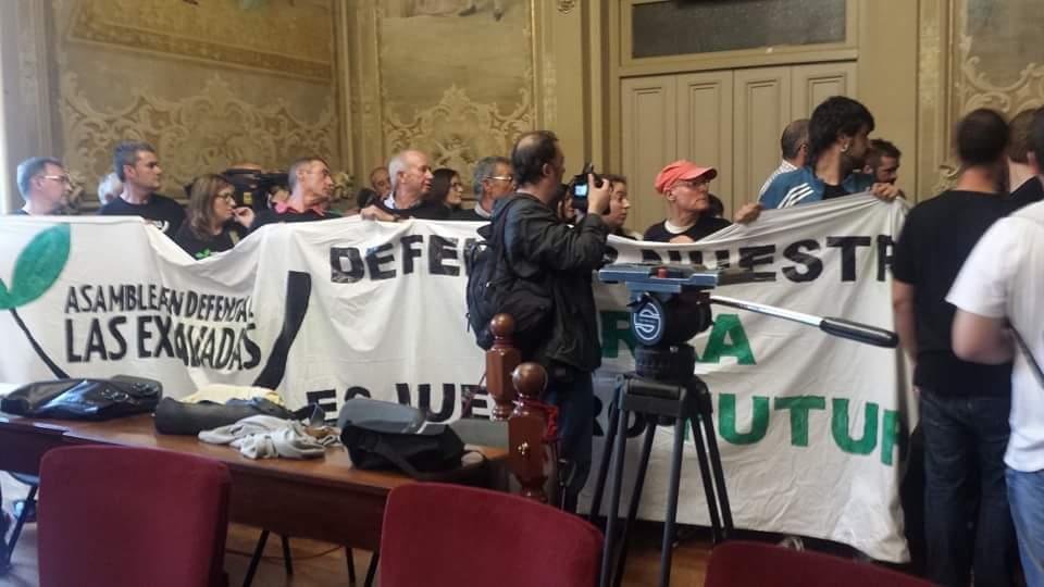 Los activistas han interrumpido el pleno para tratar de frenar la aprobación del PSIR.