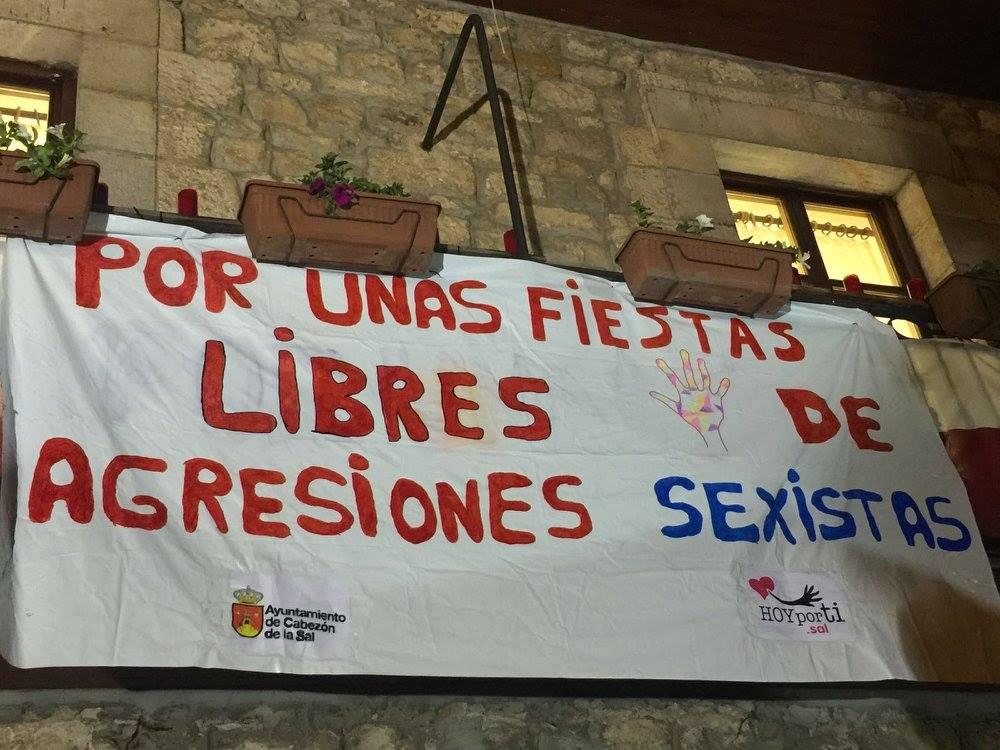 Pancarta contra las agresiones sexistas en el Ayuntamiento de Cabezón de la Sal.