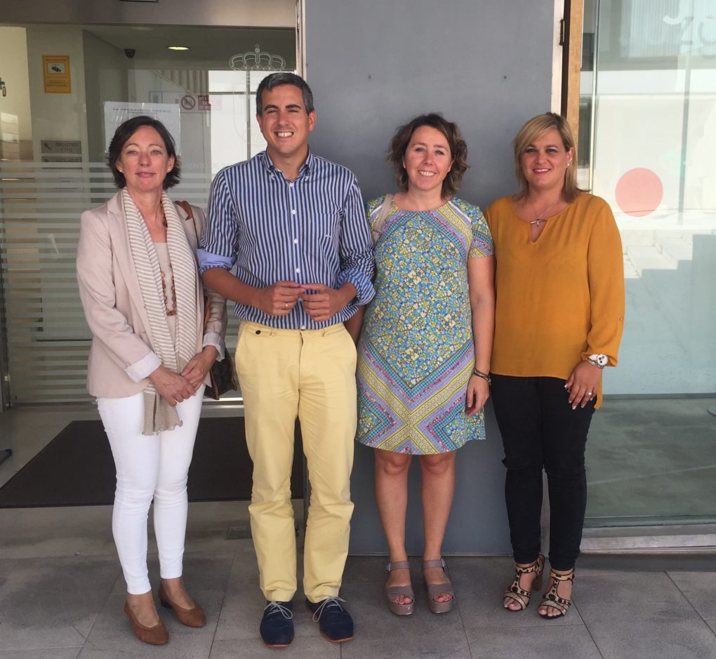La abogada África Bolado, encargada de la oficina, el alcalde de Santa Cruz de Bezana, Pablo Zuloaga, la directora general de Igualdad y Mujer, Alicia Renedo, y la concejala de Desarrollo Local, Raquel Saiz.