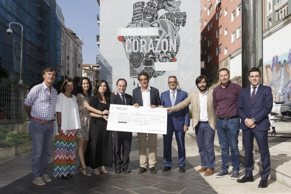 Entrega del talón con la recaudación del concierto de Manuel Carrasco en 'Música en Grande' a la asociación Buscando Sonrisas.