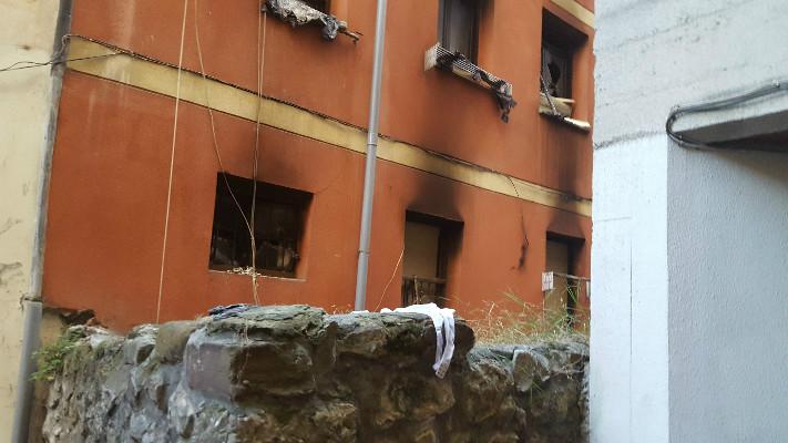 Estado del edificio por la parte de atrás, donde se encuentra el muro que escalan los okupas del entresuelo.