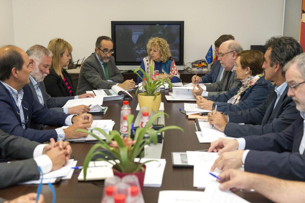 La vicepresidenta Eva Díaz Tezanos dirige el consejo de administración de SODERCAN, con Salvador Blanco de mano derecha.