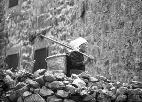 Mujer con cuévano en San Sebastián de Garabandal ( Fotografía: Manuel de Cos)