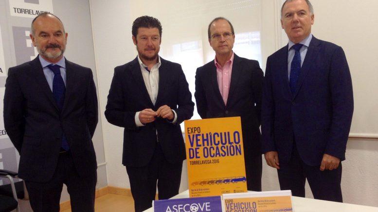 Lorenzo Vidal de la Peña, presidente de ASECOVE, con miembros de la Junta Directiva y del Ayuntamiento de Torrelavega.