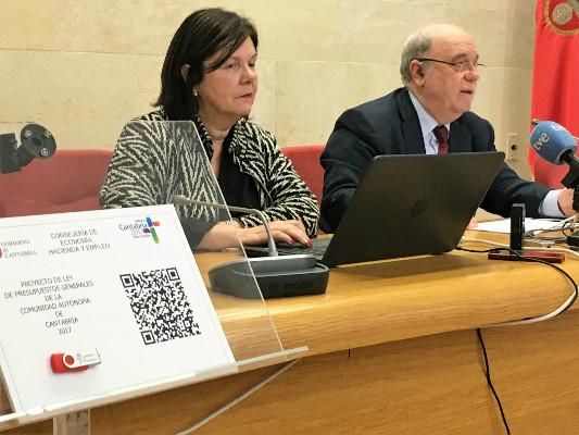 El consejero de Economía, Juan José Sota con la directora general de Tesorería, Presupuestos y Política Financiera, María Eugenia Gutiérrez en la presentación del proyecto de ley de los presupuestos.
