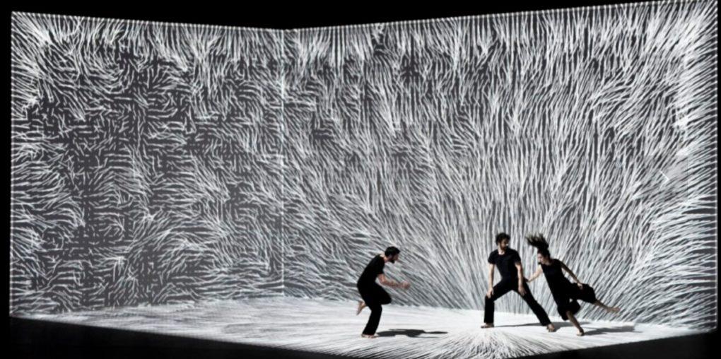 Danza conceptual con toques tecnológicos.