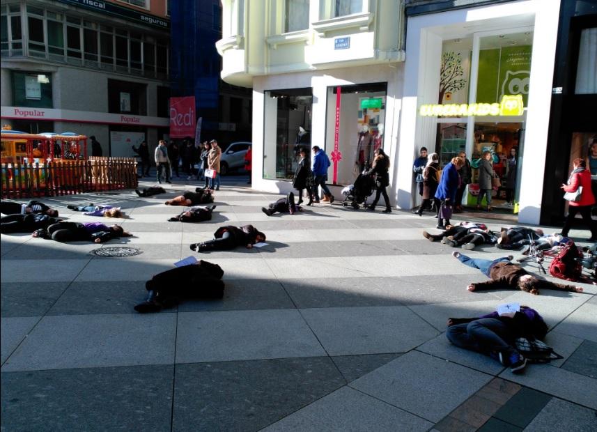 Performance contra la violencia de género en Santander.