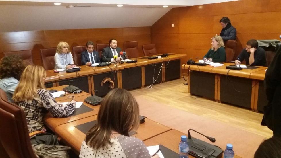 Eva Díaz Tezanos, Miguel Ángel Revilla y Rubén Gómez en la firma que acuerda la abstención de Ciudadanos.