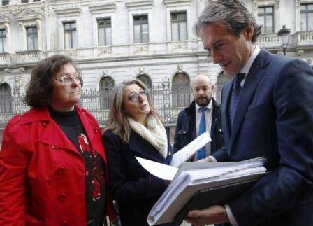 Usuarios entregan en Oviedo al ministro de Fomento, Iñigo de la Serna, una carta con reivindicaciones || Foto: Asociación de Usuarios RENFE - FEVE (Facebook)