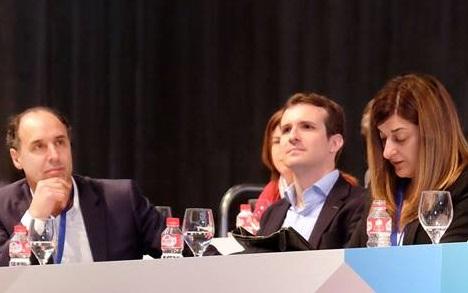 Diego escucha atentamente a Sáenz de Buruaga en la sesión de mañana del Congreso