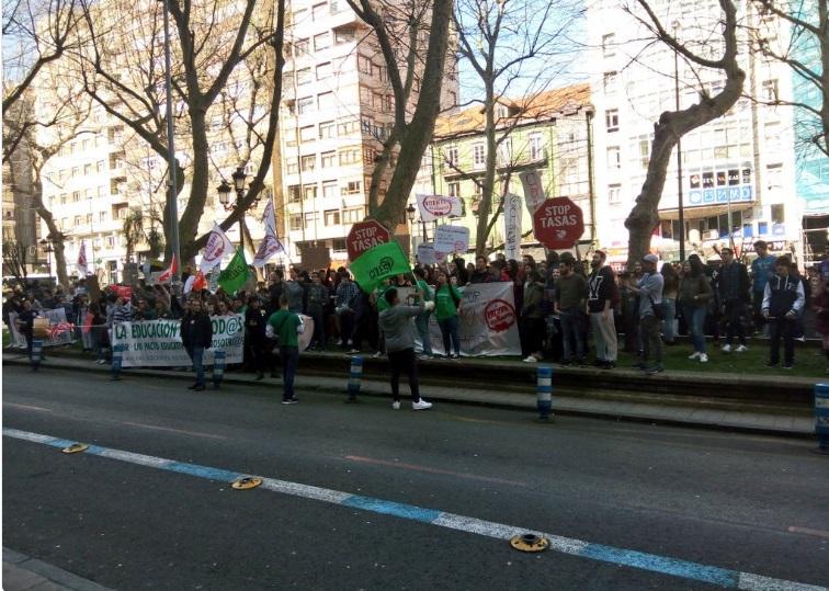 La manifestación a su llegada a la Consejería de Educación. Foto: Óscar García Mayo