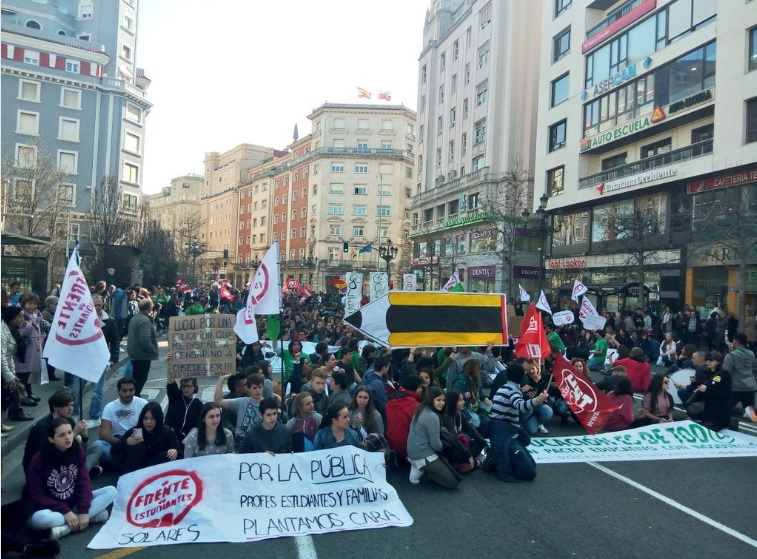 Imagen de este jueves en la manifestación matinal de la huelga educativa. Foto: Óscar García Mayo.