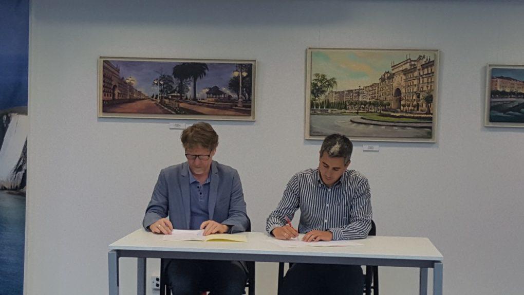 El alcalde de Santa Cruz de Bezana, Pablo Zuloaga, y el presidente de la Asociación de Celíacos de Cantabria, Richard Stamper firmando el convenio de colaboración de ambas instituciones.