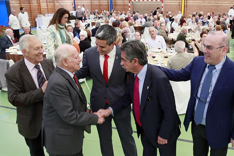En la pasada edición, el presidente de Cantabria, Miguel Ángel Revilla, acudió a la comida en la que se reunieron más de 500 vecinos.