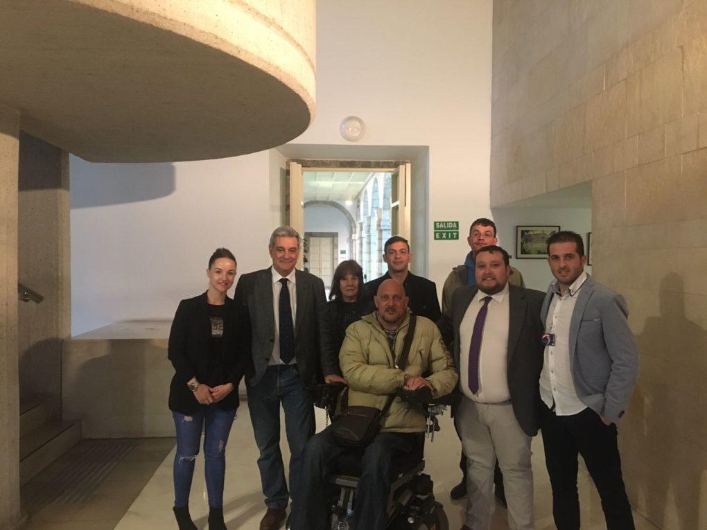 Seis socios de la asociación junto a un enfermo que usa cannabis terapéutico y los diputados Eduardo Van den Eynde (PP) y Rubén Gómez (Ciudadanos).