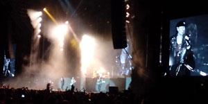 Scorpions, en acción sobre el escenario de los Campos del Malecón. En la pantalla, Klaus Meine