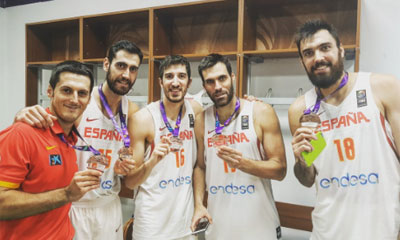 Fernando San Emeterio muestra el bronce junto a algunos de sus compañeros. Foto: Twitter de Guillem Vives